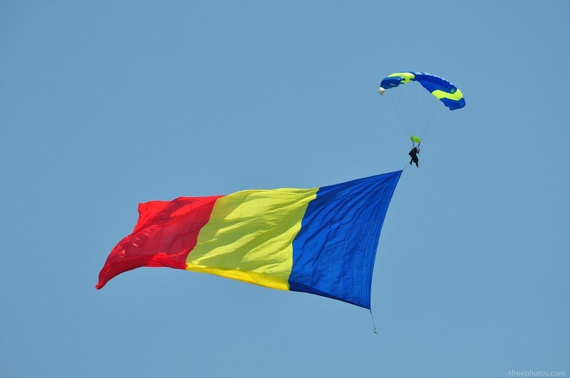 Skydiver romanian flag