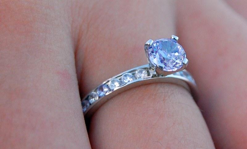 Diamond ring on finger - 4 Free Photos - Highres