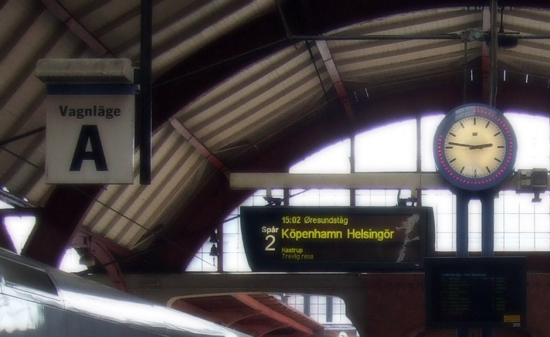 Clock-und Abreise Bord in train station
