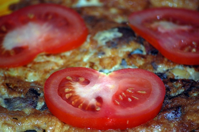 Omlet with tomatoes