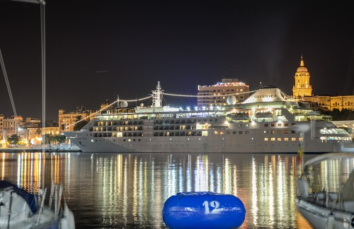 Cruiseschip in de haven van nacht