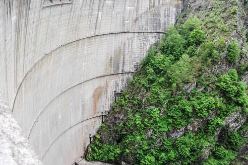 Dam wall rock