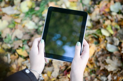 Tenant une tablette en mains