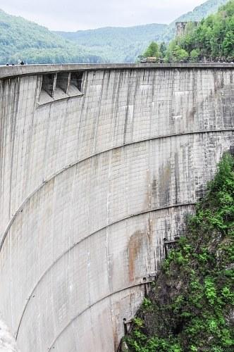 Round concrete dam