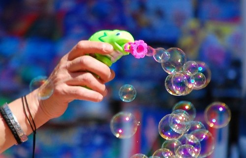 Making soap bubbles with a toy gun